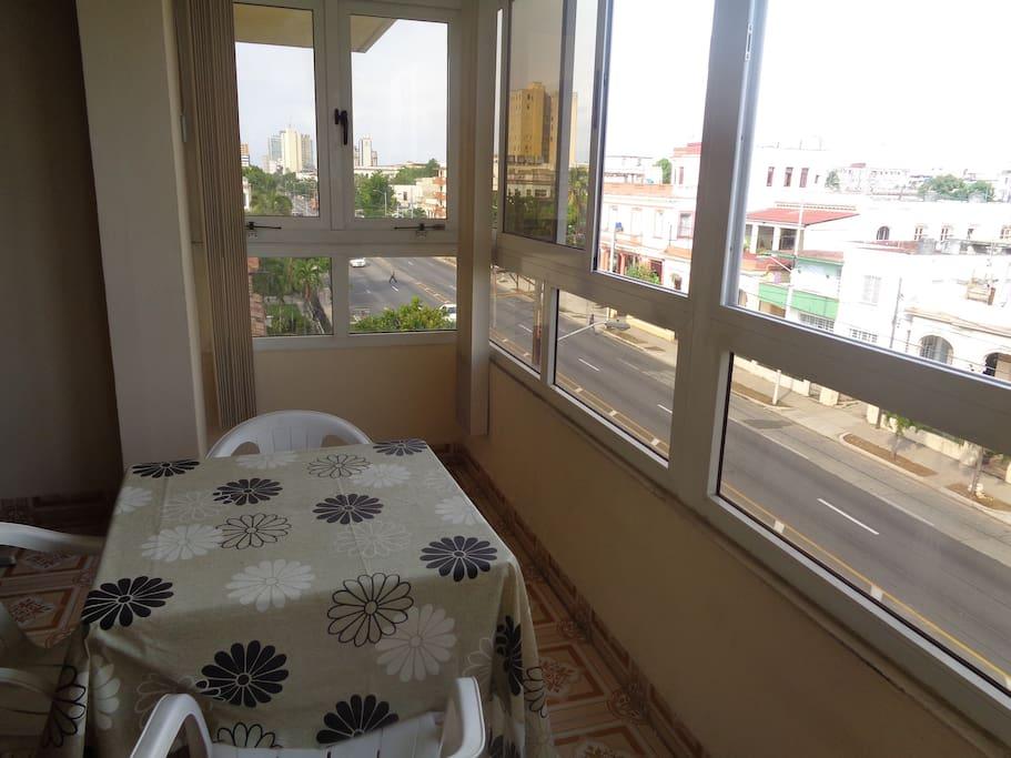 Balcón con vista a la a la famosa Avenida 23, donde podrás disfrutar de deliciosos desayunos