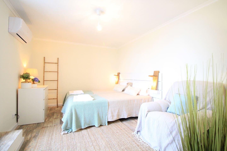 Quarto com 2 camas que podem estar juntas ou separadas. Ar condicionado