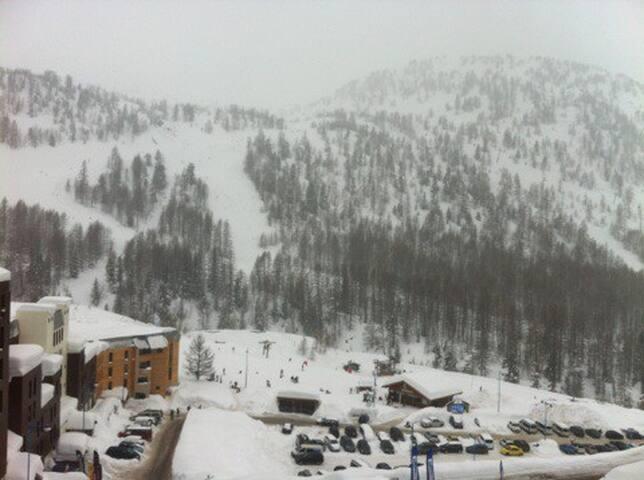 Centre station.Front de neige vue pistes/montagnes