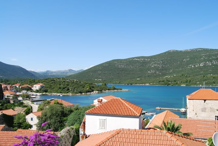 VILLA sleeps 4. Seaview, beach 100m