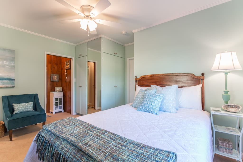 Super comfortable bedroom with queen size bed and luxurious linens for you!