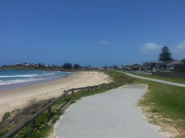 The cycleway 50 metres from the unit. Follows douth to Shellharbour or north to Lake Illawarra and beyond.