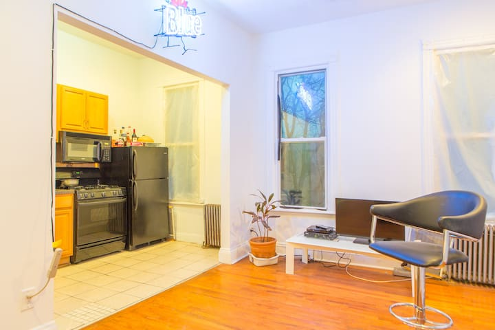 HUGE BDRM IN APT 1 MINUTE TO TRAIN! - Brooklyn - Apartment