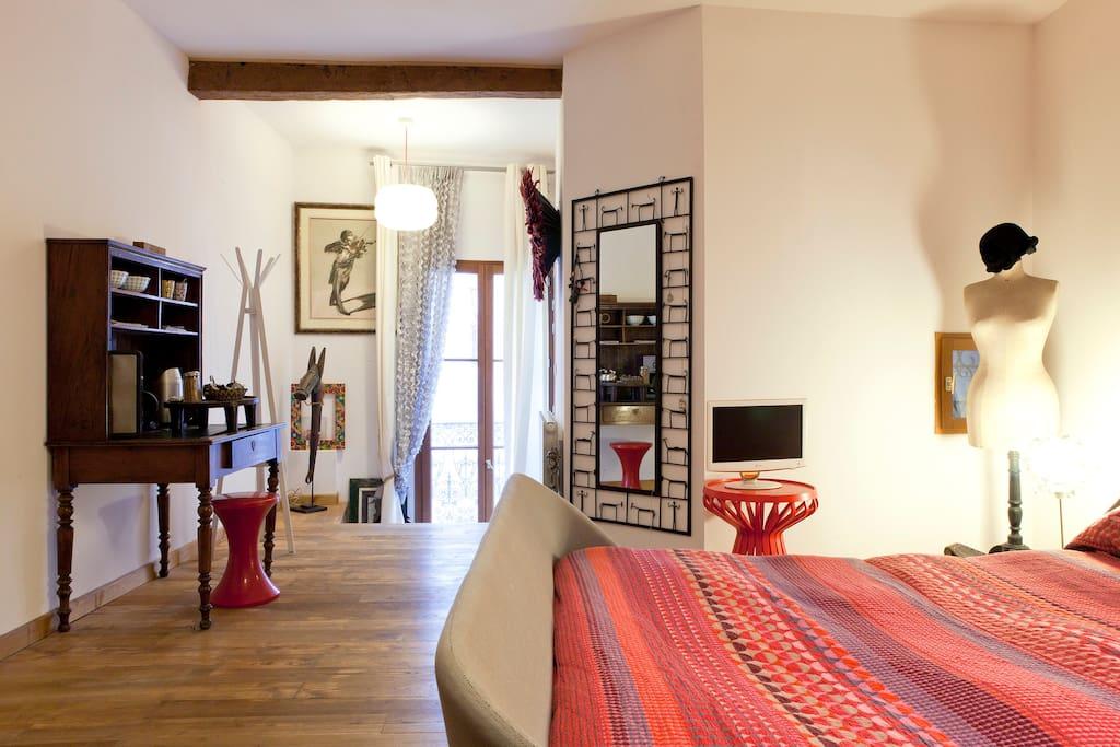 grande chambre avec entr e ind pendante ecusson maisons de ville louer montpellier. Black Bedroom Furniture Sets. Home Design Ideas