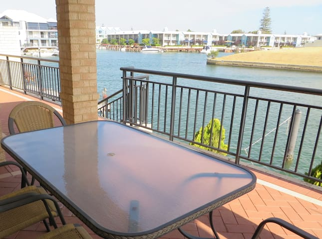 Canal front with jetty near CBD - Halls Head - Appartement