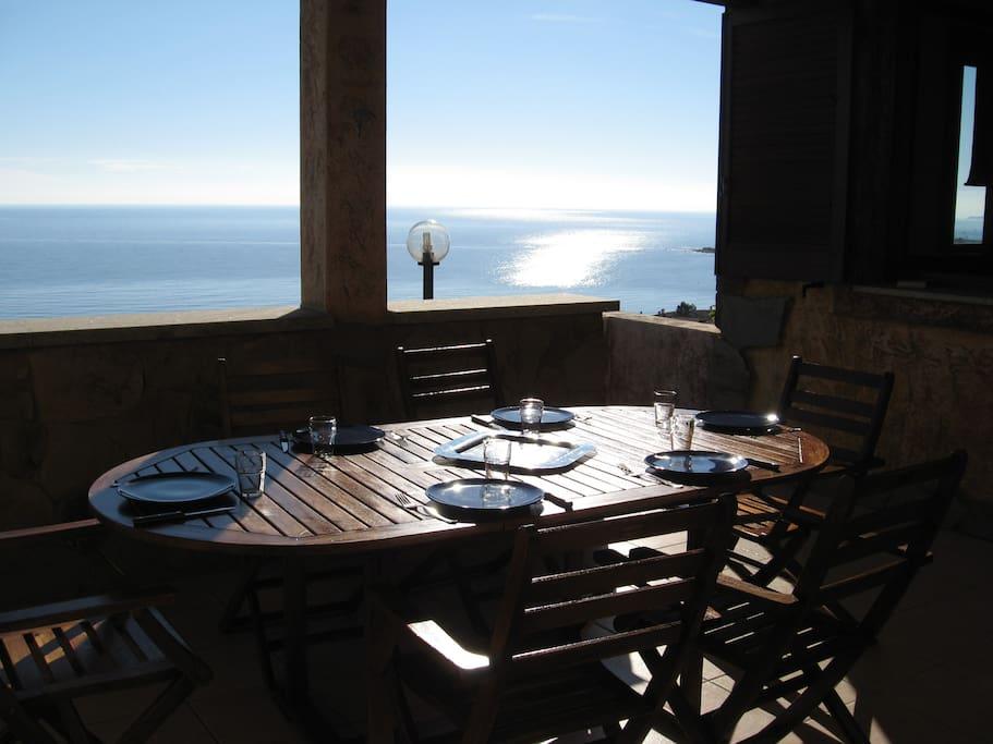 pranzare con il mare e il sole che ci fanno compagnia