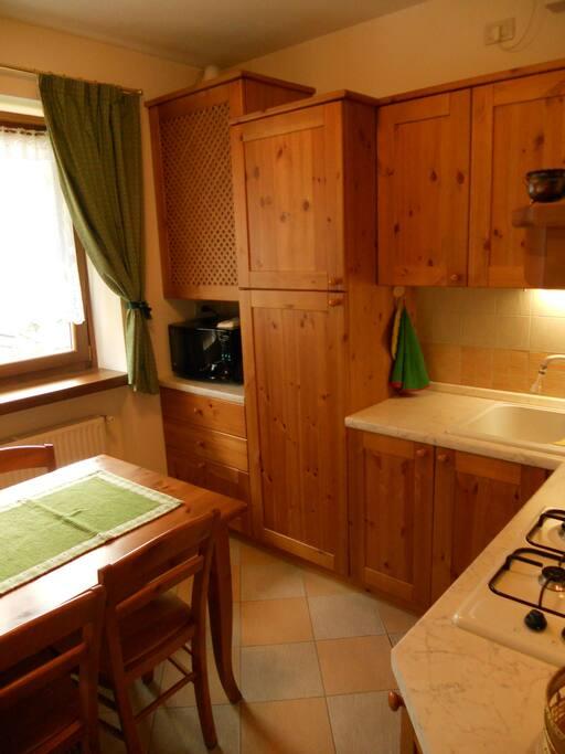 Villa Elena - Cucina abitabile con tavolo per 5 persone