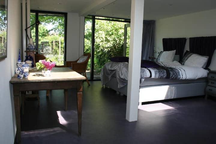 Mooie grote Kamer (Paars) in een groene oase.