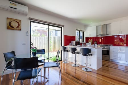 Modern 3BD child safe with Parking - Melbourne - Haus