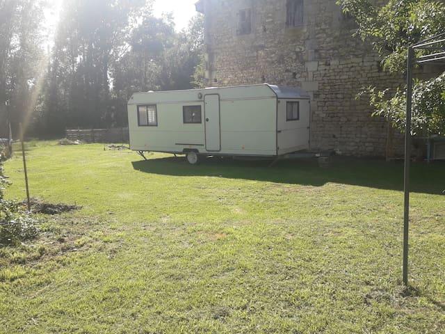 Camping à la campagne en caravanes