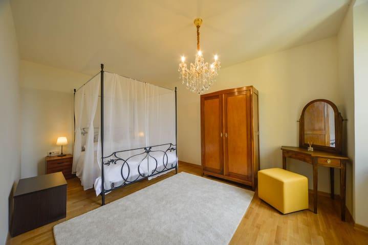 Soba za 2 osobe uredena komadima na jestaja iz secesijske koji su ostali u kupci. Morete uživati u ugodaju kreneta SA baldahinom a posebno u igri kristala lustera.