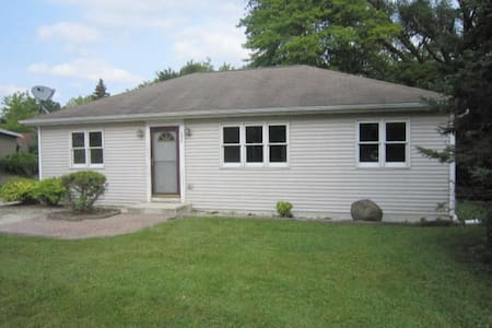 DOWNTOWN Twin Lakes, WI - 3BR Cottage