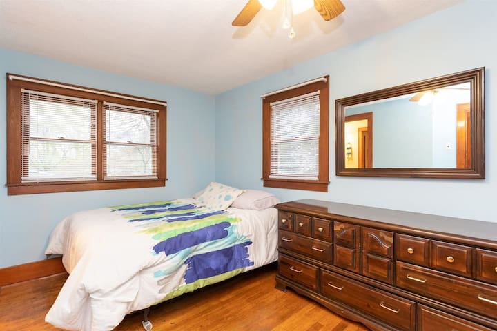 Upstairs Bunkbed Room with Queen Bed