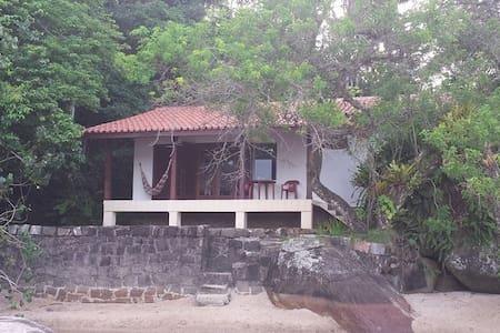 Praia do Lázaro, Casa em frente ao mar,  Ubatuba