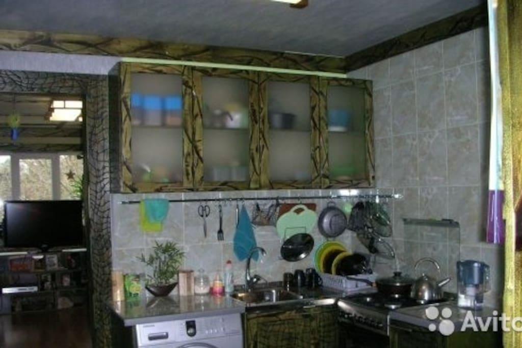 кухня со всем необходимым для принятия и прготовления пищи.