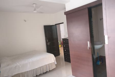 Cosy Airconditioned Queen Bed Bath Desk Apartment
