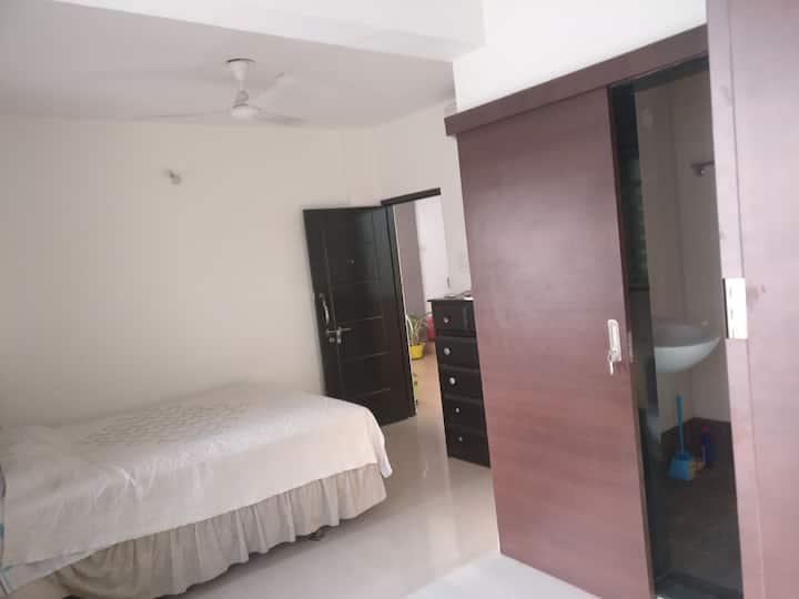 Cosy Airconditioned Queen Bed Bath Desk Apartment