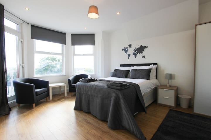Large Balcony Double Bedroom in Dollis Hill! BR5 - Londres - Casa