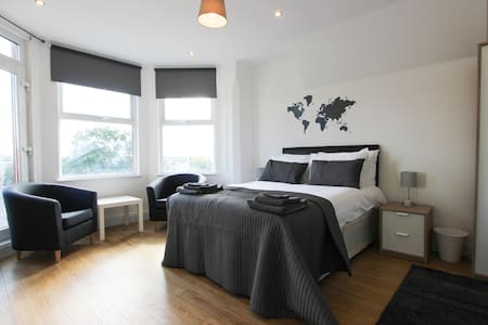 Large Balcony Double Bedroom in Dollis Hill! BR5 - London