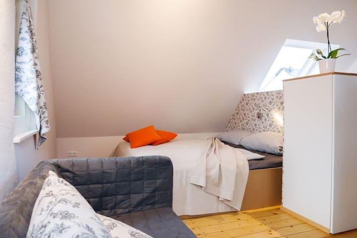 Doppelbett (160x200) - Einstieg nur von zwei Seiten möglich, da Dachschräge  (Härtegrad 2 oder 3 wählbar)