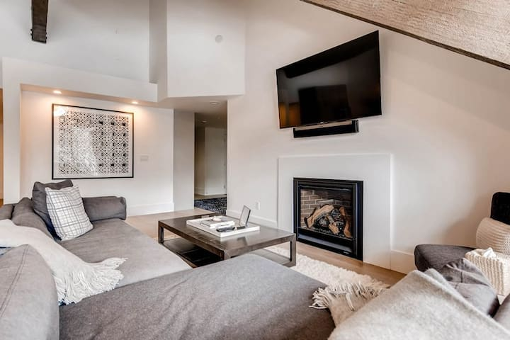 Black Bear Lodge #306   Luxurious Extra Spacious Condo   Walk to Silver Lake Lifts   Two Private Outdoor Hot Tubs   Contemporary Elegance