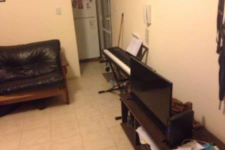 Living amplio, con dos futones, aire y TV - Córdoba
