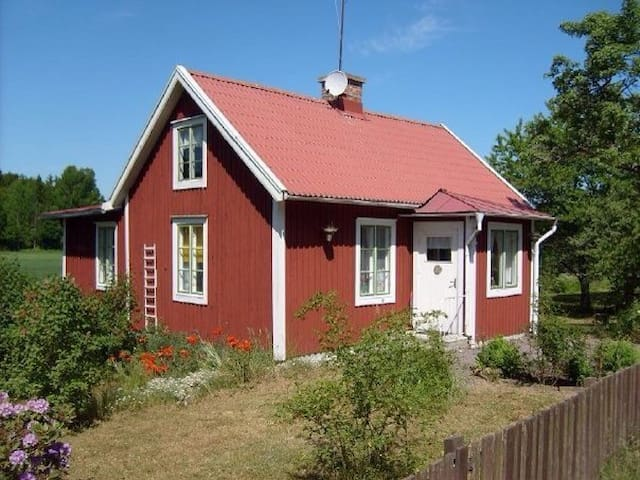 Typical swedish red summer-house! - Tålebo - Huis