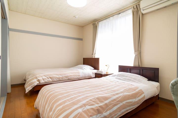 ベッドルームにはシングルベッド2台あり。ベッドは高級メーカーのシモンズと日本ベッドを採用していて寝心地抜群です。