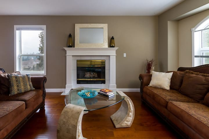 Executive House with views in a safe neighborhood. - West Kelowna - Hus