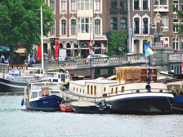 Art nouveau houseboat overvieuwing Amstel river