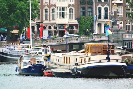 Art nouveau houseboat overvieuwing Amstel river