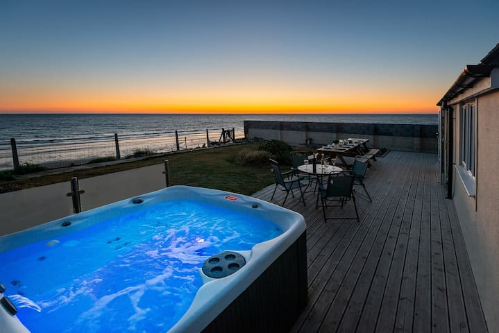 SOUND OF THE SEA BEACH BUNGALOW with HOT TUB