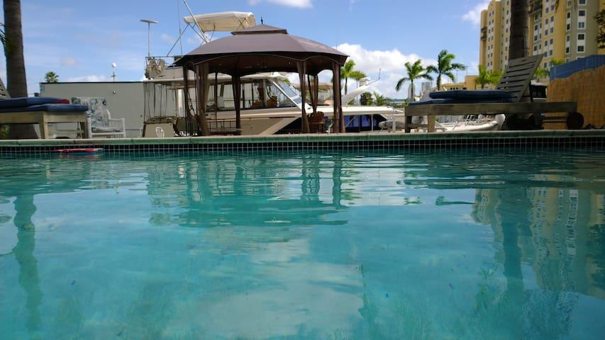 Designer Waterfront Pool House 3 bd 2 bth sleeps 6