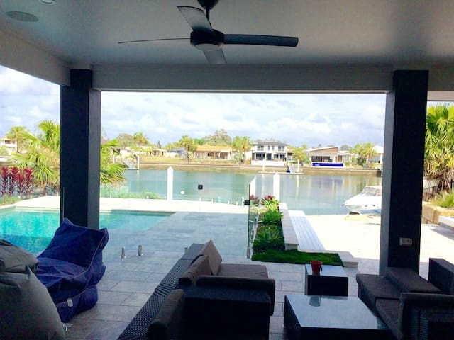 Waterfront resort style 5BD home - Banksia Beach - 一軒家