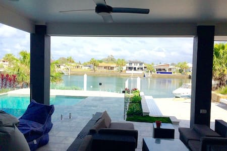Waterfront resort style 5BD home - Banksia Beach - Rumah