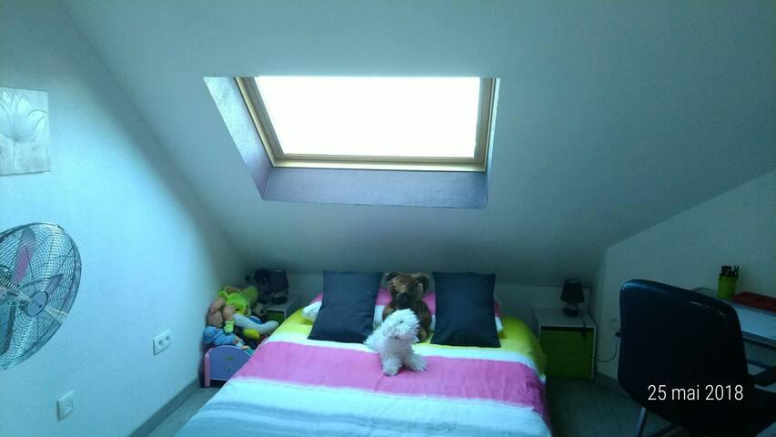 Chambre 2:  Mezzanine à côté de la chambre parentale avec accès salon/SàM