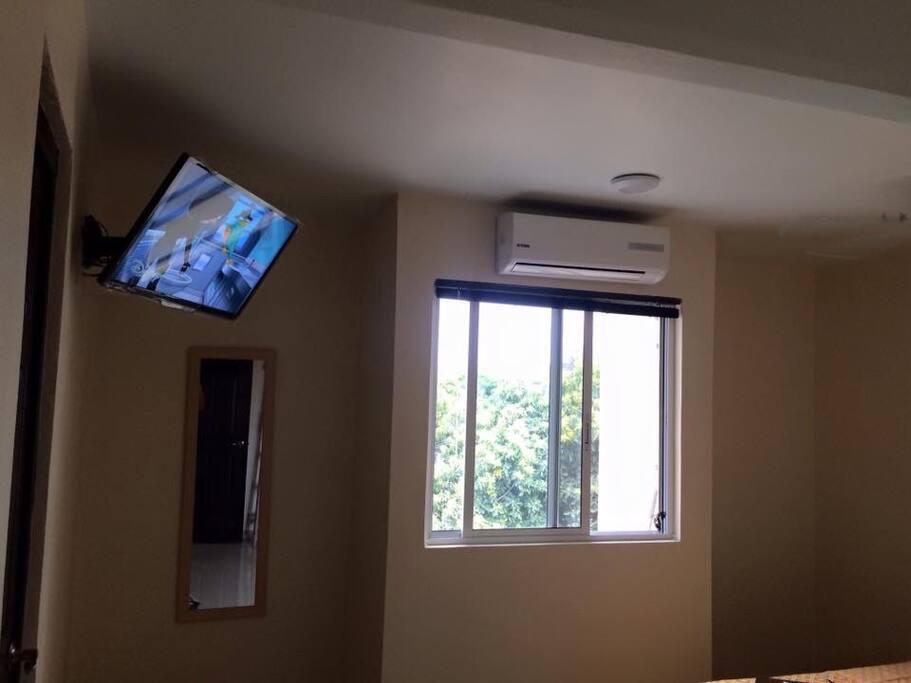 Cómodas instalaciones que te harán sentir en la familiaridad de tu entorno. Habitación equipada con pantalla de 32 pulgadas y minisplit de 1 tonelada, equipo de aire acondicionado que logrará el máximo confort de una temperatura deliciosa para que tu descanso sea pleno.