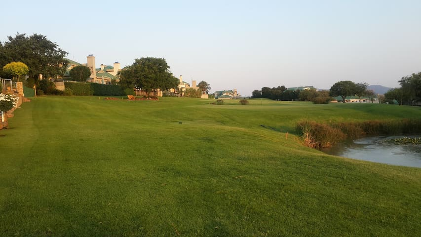 Stay on Gholf estate with a marina! - Hartbeespoort - Bed & Breakfast