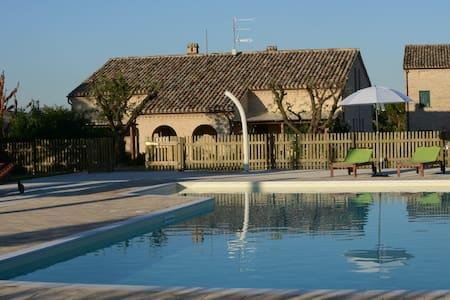 AppCrepuscolo in casale con piscina - Corridonia
