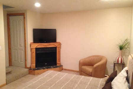 Cozy Fireplace Bedroom - Bristol - Byhus