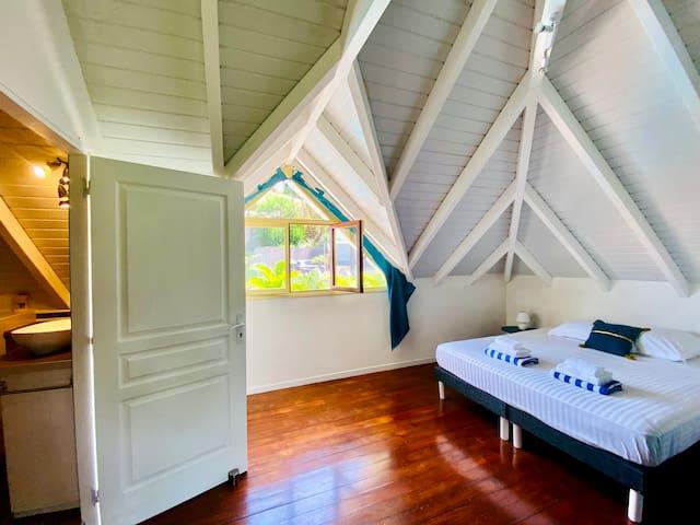 Chambre n°4, suite parentale climatisée avec lit double 180cm (possibilité d'avoir 2 lits simples en 90cm) grande armoire, vue mer et piscine + salle de bain attenante complète (douche, lavabo et WC)