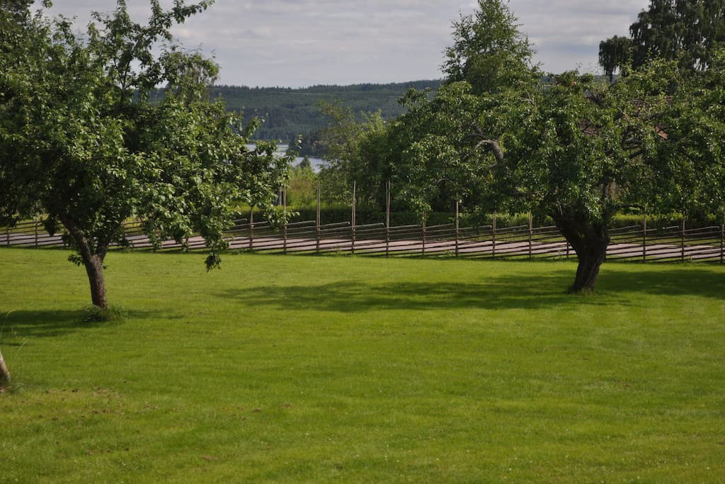 Gården är belägen i byn Siljansnäs i sydsluttning mot en Siljansvik.