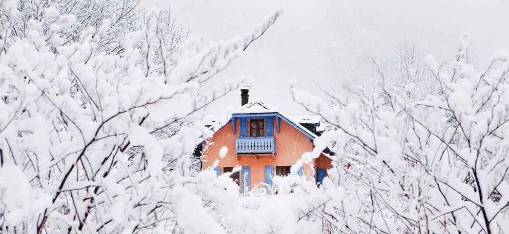 "Double + 1  ""Garden"" The Gingerbread House - Chamonix - Bed & Breakfast"