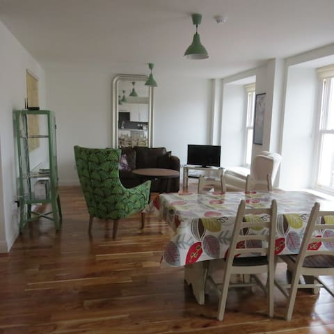 1 BED APT IN THE HEART OF WESTPORT - Westport - Apartamento