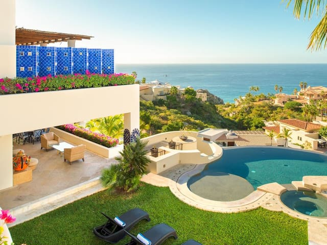 Luxury 5BR Villa w/Ocean View: Villa Perla de Law