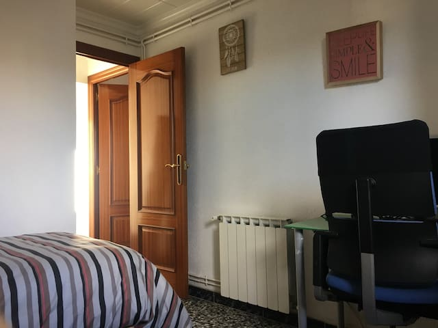 Habitación Huésped. Con cama de 90 con buen colchón confortable (capa de visco), con calefacción, mueble grande, escritorio y silla de oficina ergonómica