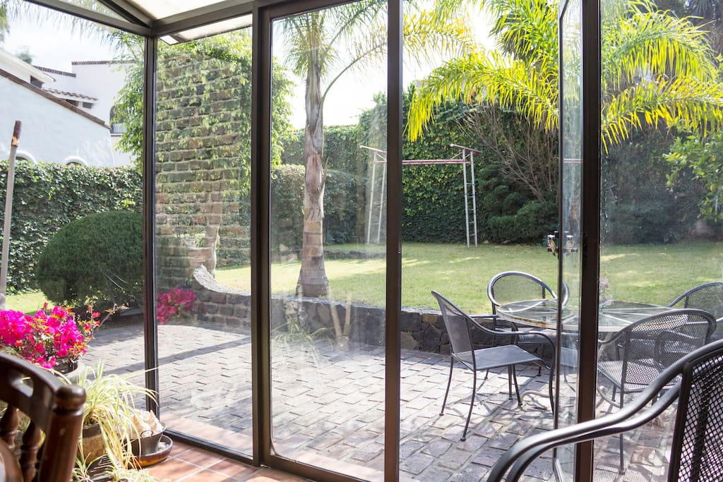 View from the Kitchen to the patio and garden // Vista de la cocina hacia el patio y jardin