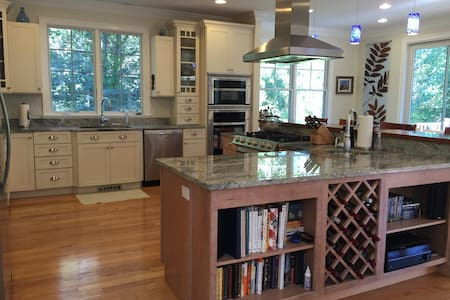 NEW HOME; OPEN & LIGHT; HUGE KITCHEN; CENTRAL A/C! - 獨棟