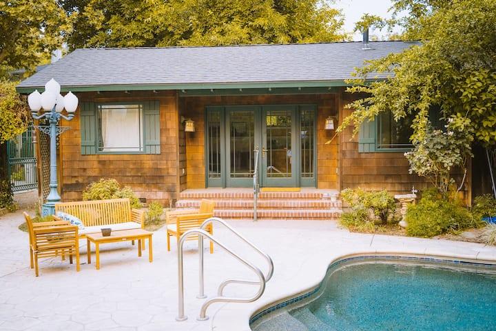 Cedarwood Cottage in Old Fig Garden