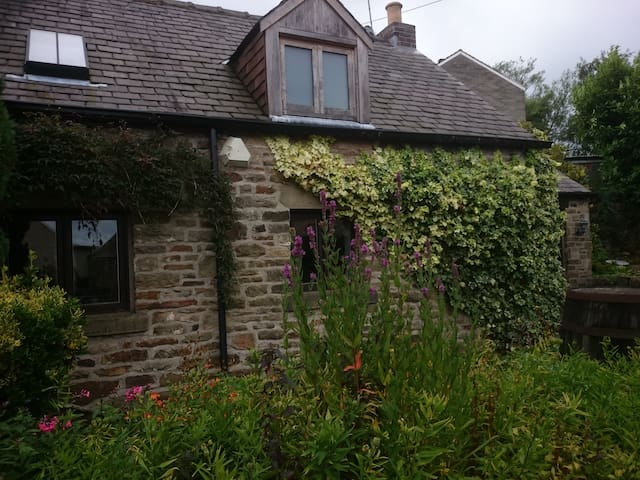 Cruck Cottage. Pot house Cottages - Stocksbridge - House